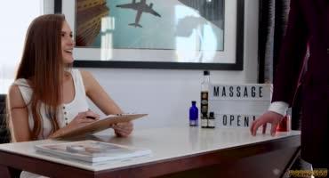 Паренек в деловом прикиде пришел на массаж к сексапильной худощавой телочке