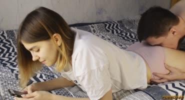 Юная парочка подростков дома на кровати резво трахаются на камеру