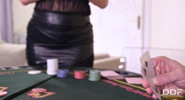 Два сочных пениса поиграли в покер, а потом трахнули зрелую даму