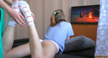 Парень трахают любимую девушку, пока та играет