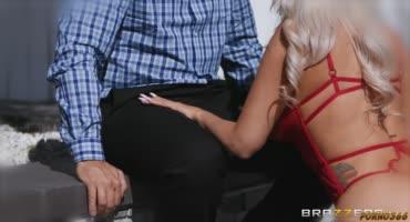 Зрелая баба решила встретить муженька в сексуальном белье
