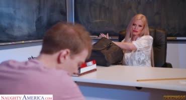 Преподавательница соблазнила студента прямо в аудитории