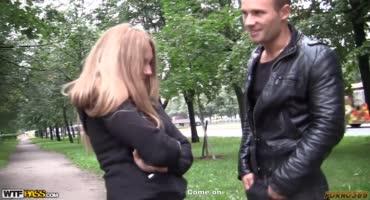 Русскую девушку соблазнили в парке и трахнули в несколько стволов