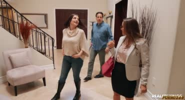 Девка пытается продать свой дом, но парень с длинным членом все портит