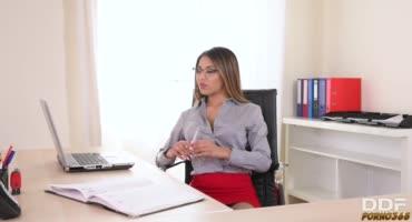 Молодой начальник заметил, что секретарша перестала работать