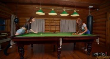 Две русские подружки играли в бильярд и трахнулись на бильярдном столе