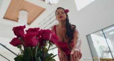 Грудастая сучка разводит мужа подруги на секс