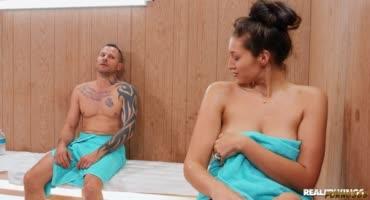 Хуястый парень в бане долбит двух соблазнительных девушек