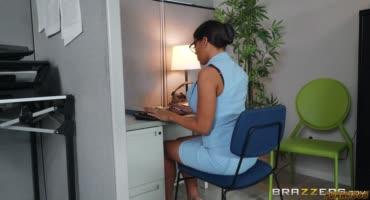 Негр начальник поимел свою мулатку секретаршу в очках на работе