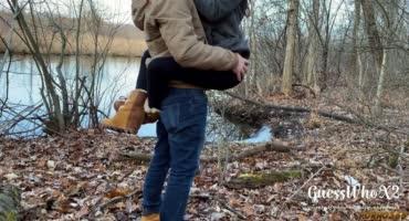 Молодая парочка впервые трахается на природе