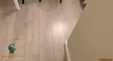 Девушка прыгала на резиновом дилдо и была за это трахнута парнем