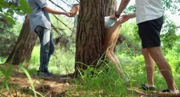 Парни выручили соску, которая застряла в дереве