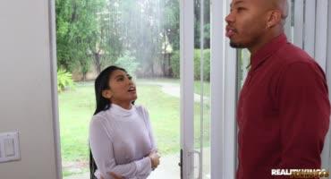 Сосед помог милашке скрыться от дождя и заодно потрахал её