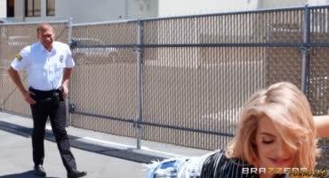Два полисмена наказывают симпотную блондинку отборным трахом