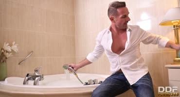 Набрал водицу в ванную и пригласил плескаться Японку