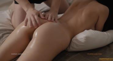 Парень нежно делал массаж и сильно возбудил девушку