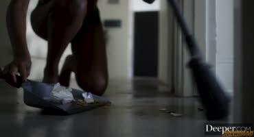 Татуированный крендель жестко присаживает жопастой негритянке