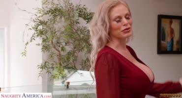 Грудастая сучка в ванной трахает своего мужа