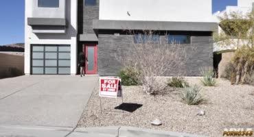 Если не получается продать дом, то приходится переходить на крайние меры