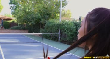 Парень приучил милашку к игре в теннис и игре с пенисом