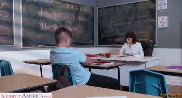 Дежурный по классу остался на уборку и трах с учительницей