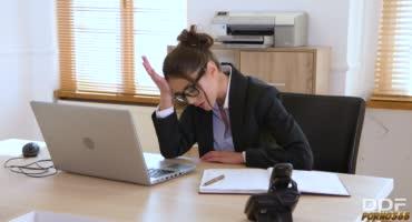 Подчиненный трахает свою начальницу на рабочем месте