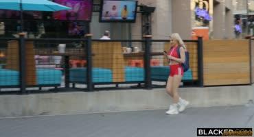 Шикарная блондиночка трахается с с негром с большим членом