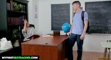 Большегрудая телочка в чулках трахнулась в школе