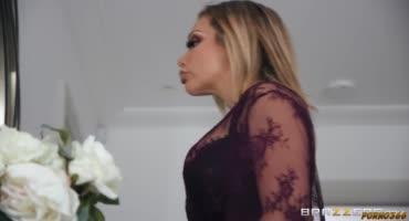 Зрелая блондинка мастурбировала киску и в комнату зашел сосед
