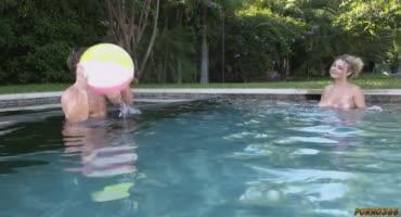 Паренек трахнул сисястую сучку около бассейна