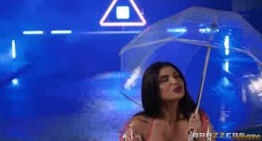 Зрелая актриса страстно трахается с негром под дождем