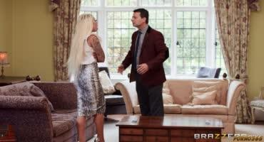 Блондинка пока не видит муж трахается с его другом
