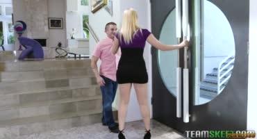 Блонды хорошо развлекаются с кривым членом мужиком