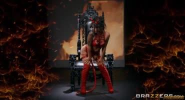 Хищная крошка прямиком из ада получает член в задницу