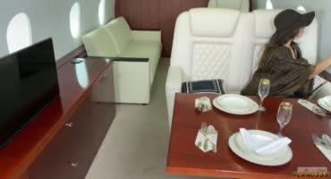 Продажная киска трахается в частном самолете