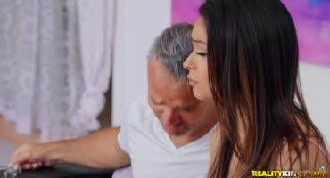 Сучка умудрилась член зрелого мужика приподнять и занялась с ним сексом