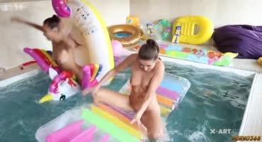 В бассейне сауны плескались и лесби сексом занимались