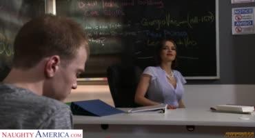 Училка соблазняет своего нерадивого ученика