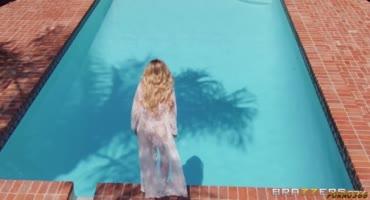 Сексапильную блондинку хорошенько оттрахали у басейна