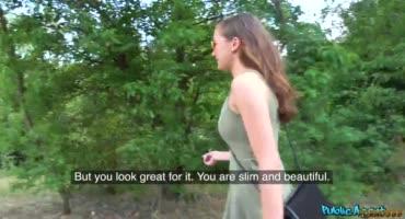 Стейси Круз дает парню на природе за деньги