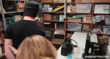 Девушка работающая в охране магазина застала парня за кражей и обыскала его