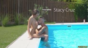 Молодая красотка занимается нежным сексом с красивым парнем на кровати