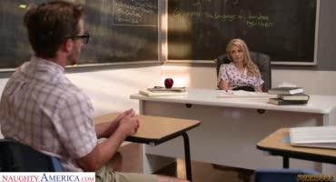 Эту блондинку трахнули за экзамен прямо на столе