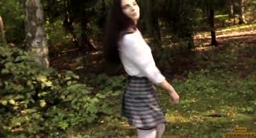 Красивая студентка МГУ работает ротиком в парке