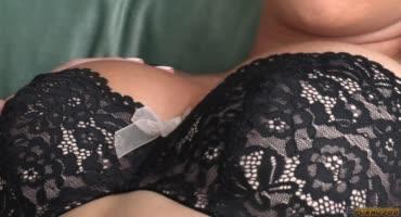 Две хорошенькие лесбиянки с натуральной грудью занимаются любовью на кровати