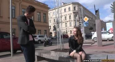 Юный парень подцепил на улице русскую молоденькую шлюшку и отвёл домой