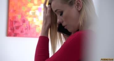 Блондинка устала от работы с бумагами и захотела расслабиться