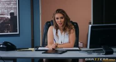 Начальница с аппетитными формами отдается сотруднику на столе