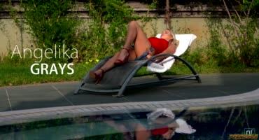 Парень нежно трахает сексапильную блондинку у бассейна