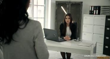 Две брюнетки занимаются лесбийским сексом прямо в офисе